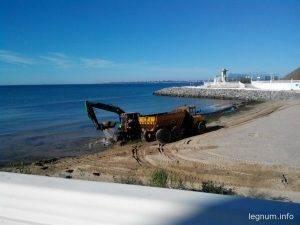 Уборка водорослей на пляже