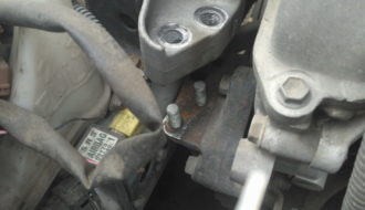 оборвало оба болта правой подушки двигателя тойота ярис