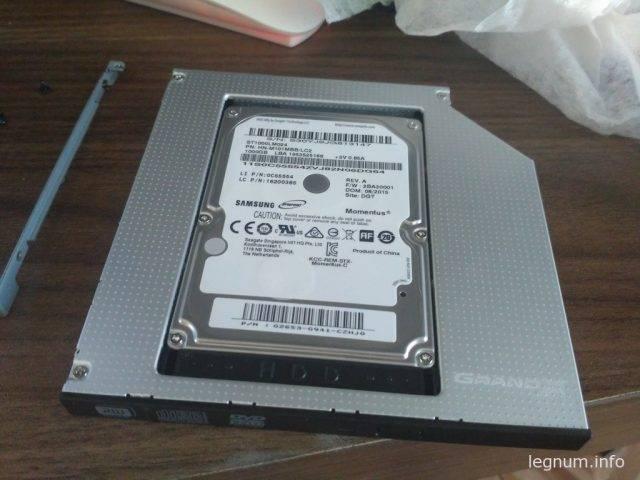 Устанавливаем HDD диск в корзину, для этого подключаем сначала разъем SATA и питание, а после закручиваем два винта по бокам