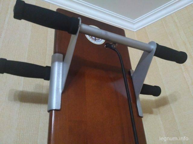 Доска имеет каретку с фиксацией и рельсы для изменения угла установки доски