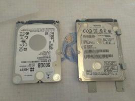После выкручиваем жесткий диск из корзины и вставляем новый HDD Sata