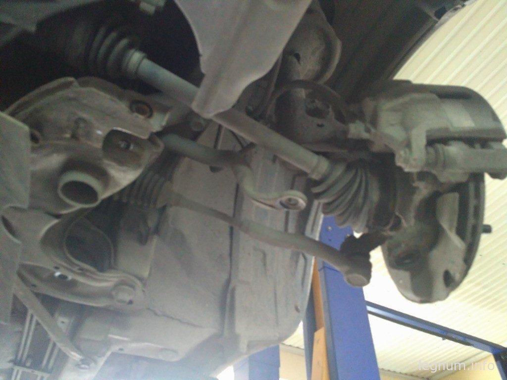 Снятый передний рычаг Toyota Yaris