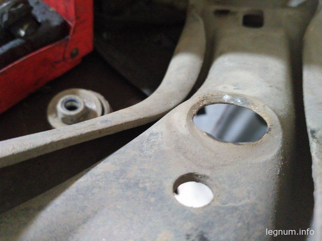 Разбитое отверстие тяги стабилизатора переднего рычага