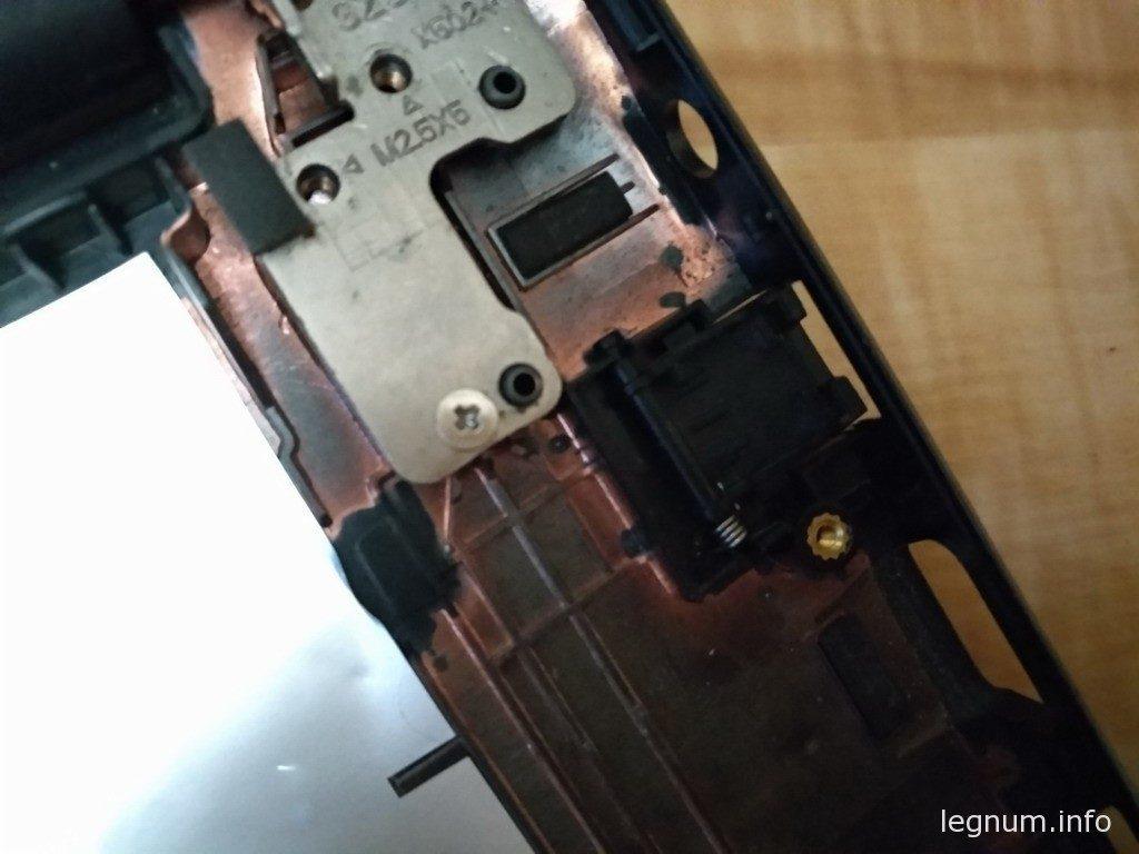 Теперь берем нижнюю часть корпуса, в ней придется заменить закрывашку LAN порта, она сломана