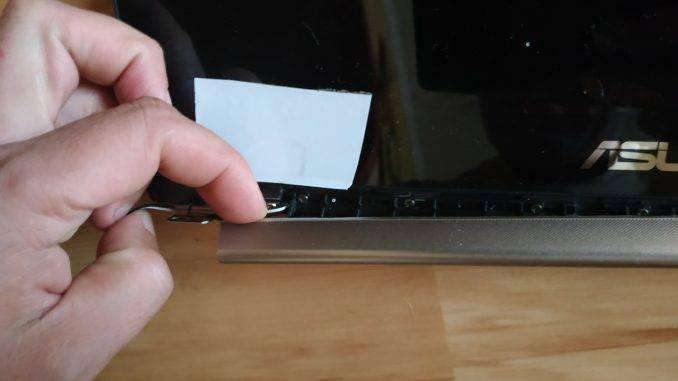 Снимаем пластик экрана