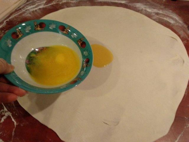 Каждый раскатанный слой смазываем растопленным сливочным маслом